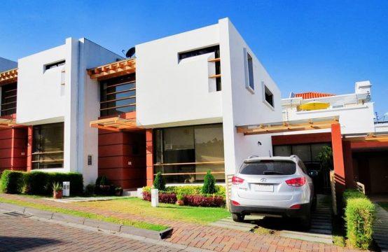 Casa con Piscina en Urbanización Privada Cumbaya
