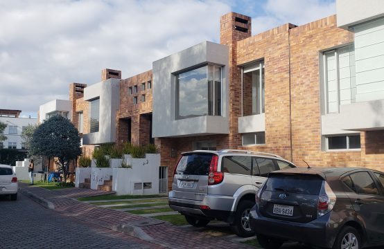 Casa en venta Cumbaya cerca a USFQ.
