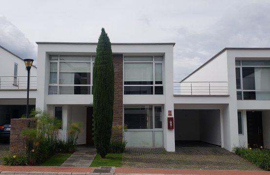 Casa en arriendo Cumbaya estilo Moderno