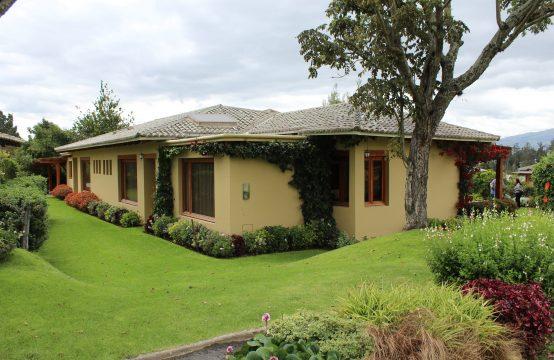 Casa amoblada en venta en Checa urbanización Pakakuna