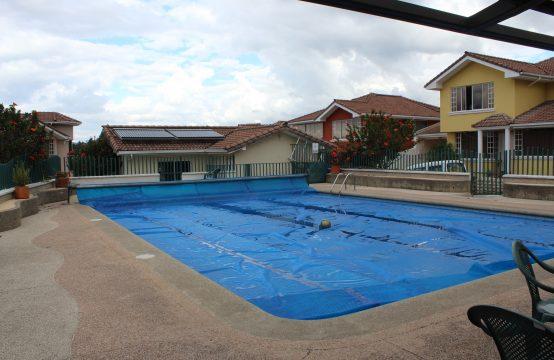 Casa de venta en Tumbaco 4 Dormitorios Piscina Comunal