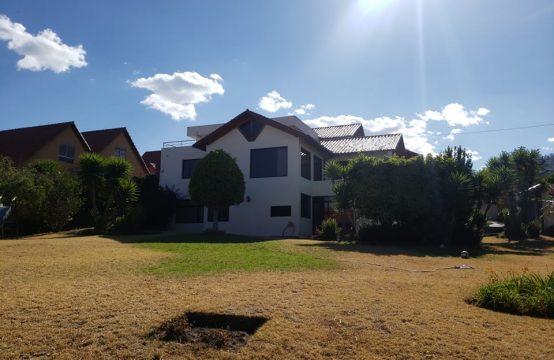 Casa de venta en Cumbayá cerca Universidad San Francisco 1350m2 Terreno