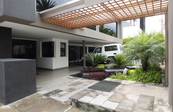 Casa de venta en Cumbaya ideal para negocio