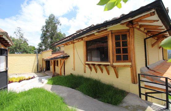 Casa de arriendo en Cumbaya Urb. Privada estilo Rustico